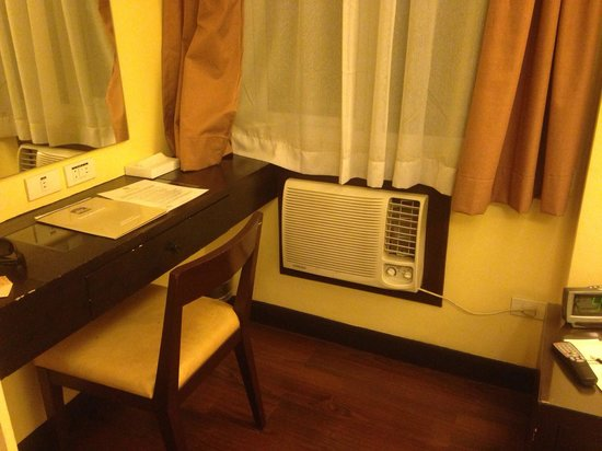 BEST WESTERN Hotel La Corona : Old desk an AC with no remote.