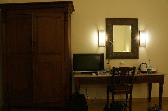 Tissa's Inn : TV and Wardrobe