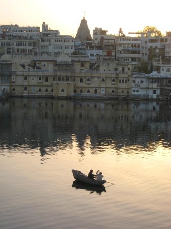 Lake Pichola Hotel: sunrise view from room