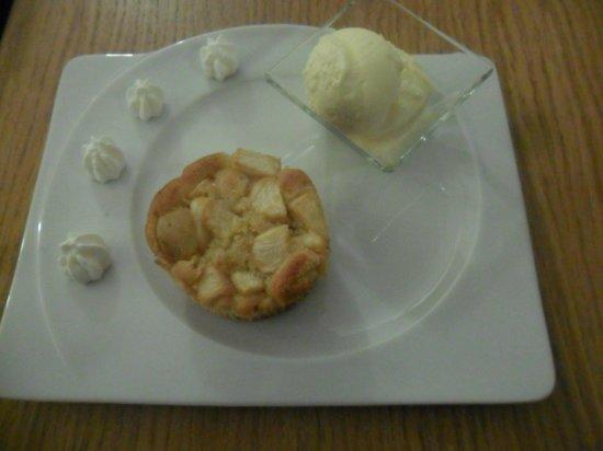 Caffetteria Mazzetti: torta alle mele tiepida con gelato e... panna...ahhh che buona