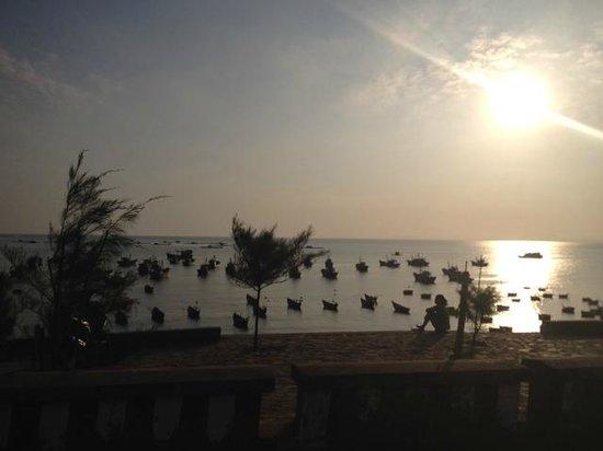 Fleur De Vie Bungalows: Mui ne fishing boats and sunset