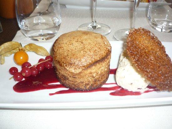 Saveurs des Halles: gateau aux noix glace aux noix biscuit et coulis fruits rouges très bon !