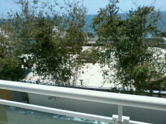 Hotel Shakey : View of Crowne Plaza pool