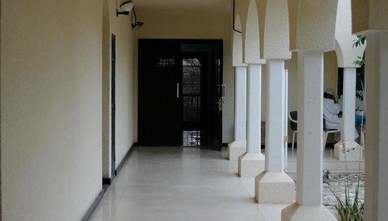 Al Qabil Rest House: Innenhof