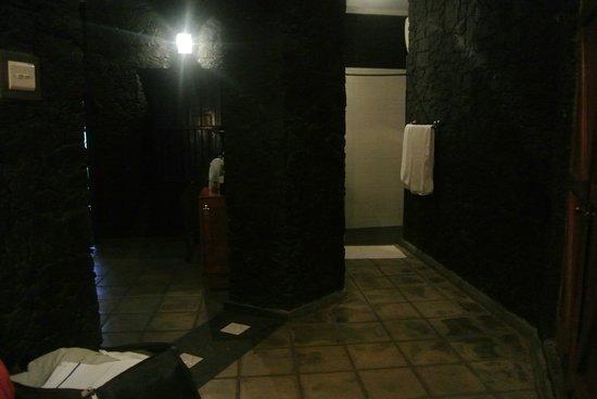 Boulder Garden Hotel : Shower room