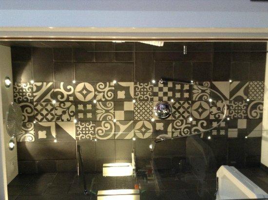 Hotel Fabric: Stilig bad med lys i veggen! Helt nytt!