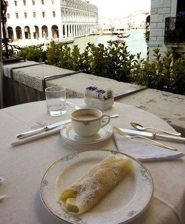 Al Ponte Antico Hotel : wonderful breakfast crape on the patio