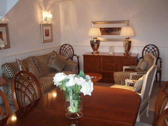Alderley Edge Hotel: Sitting/dining/meeting room, Arley Suite
