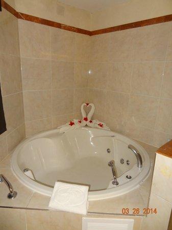 Grand Palladium Bávaro Suites Resort & Spa: Jacuzzi with decoration