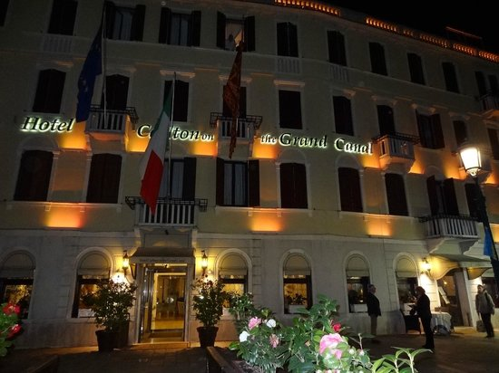 Hotel Carlton on the Grand Canal : Hotel at night!