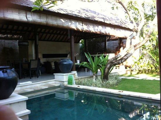 Villa Air Bali Boutique Resort & Spa: プールから見るリビング