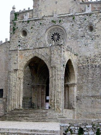IL Duomo: Dom, gotischer Portikus und Rosette