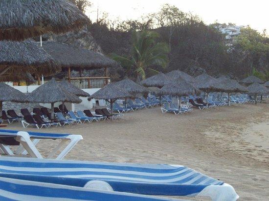 Dreams Huatulco Resort & Spa : Beach with bar
