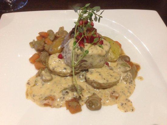 Brasseriet D'vine: Oxfilet med foie gras, smörslungad potatis, trygfelsås och granatäpple. 190kr tillsammans med de