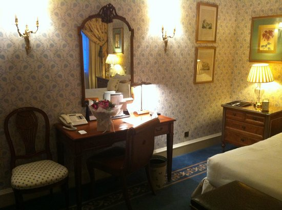 The Dorchester: Hotel room