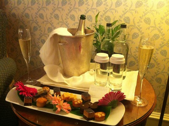 The Dorchester: Champagne and canapés