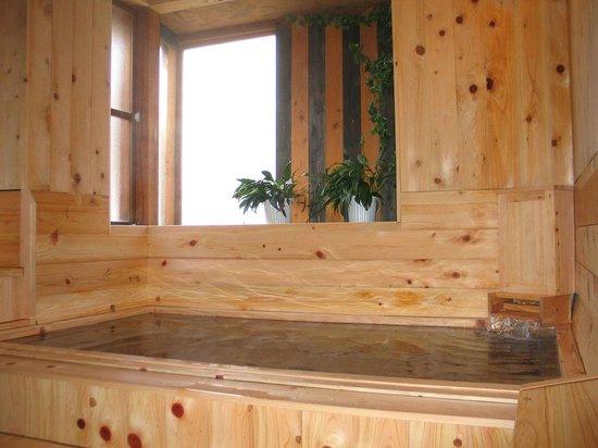 Pension Shalom: 手作りのひのき風呂