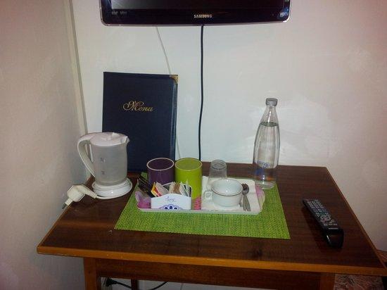 Hotel Ristorante Il Caminetto: angolo tv e caffe'in camera