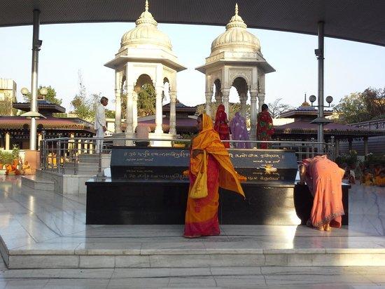 Shanti Kunj Gayatri Parivar Haridwar: The founder and his wife 's samadhi