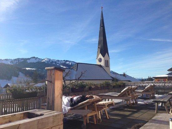 HUBERTUS Alpin Lodge&Spa: Sonnenterrasse vom Restaurant
