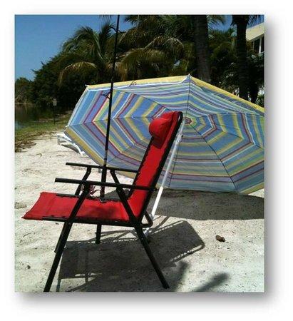Marco Island Lakeside Inn: free chairs & umbrellas to take to beach