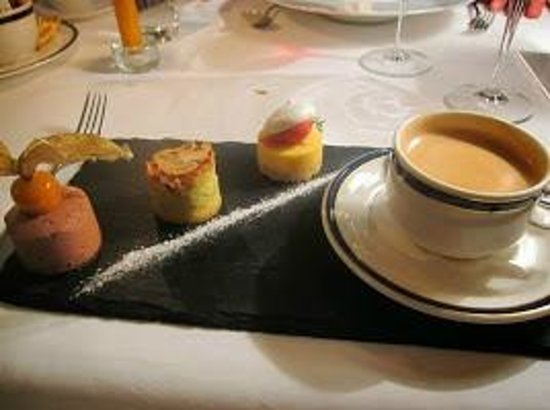 Le Mirabeau : Mirabeau - Cafe gourmand with 3 mini dessert