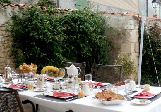 La maison du Baloir : Petit déjeuner sur la terrasse
