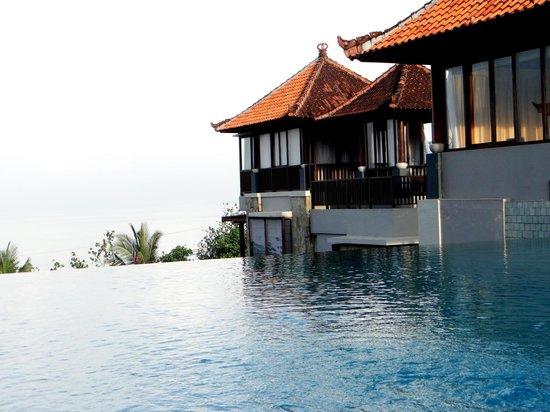 Mercure Kuta Bali: Rooftop poolside.