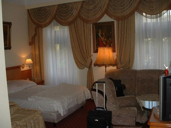 Europejski Hotel : Typical double room with two beds.