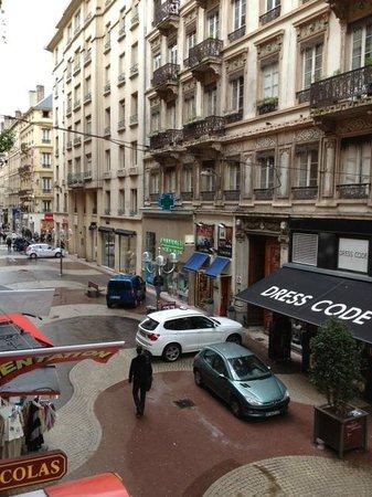 HOTEL DU DAUPHIN : Victor Hugo street; pedestrian mall.