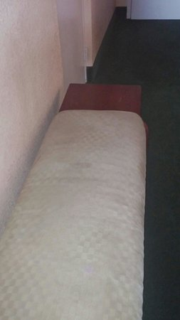 Ramada Plaza Fort Lauderdale: Stained bench.