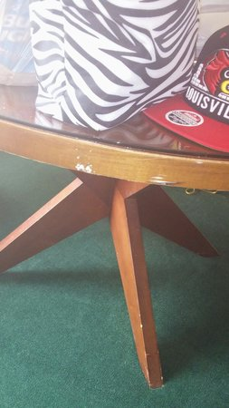 Ramada Plaza Fort Lauderdale: Chipped table.