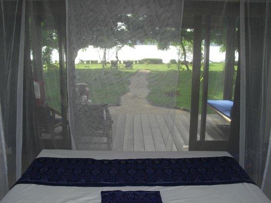 Pearl Beach Resort: Blick aus dem Bett auf das Wasser