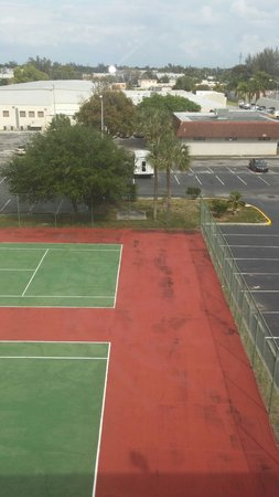 Ramada Plaza Fort Lauderdale: Worn tennis court.
