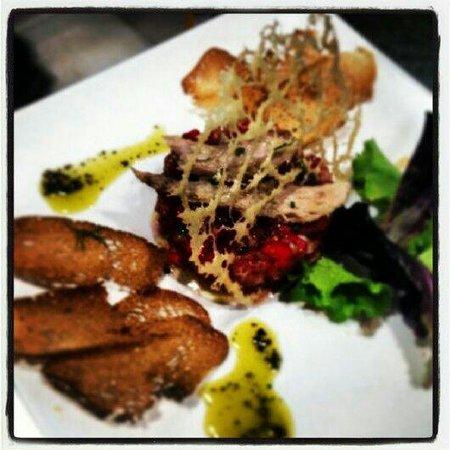 Meson del Segoviano: Tartar de tomate y fresas con ventresca de atun