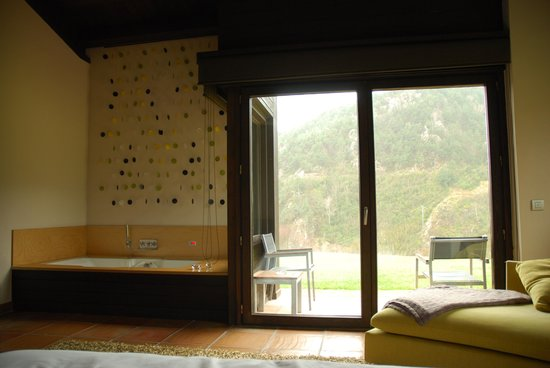 Hotel Resguard dels Vents: Hidromasaje, vistas y salida al jardín.
