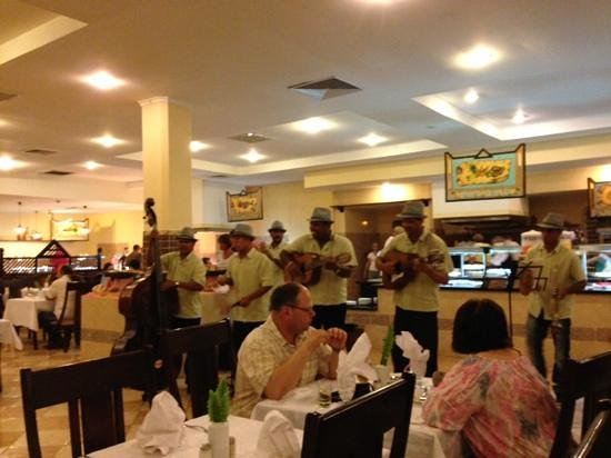 Be Live Experience Turquesa: Local band was often playing Cuban songs at lunch and dinner