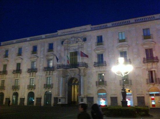 Piazza Università: palazzo
