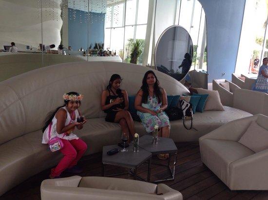 Hotel Baraquda Pattaya - MGallery by Sofitel: Reception area ! Welcome drink