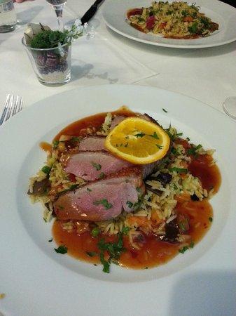 Hotel am Molkenmarkt: Rosa gebratene Entenbrust-Filets auf gebratenem Reis mit Chili sweet sour Sauce