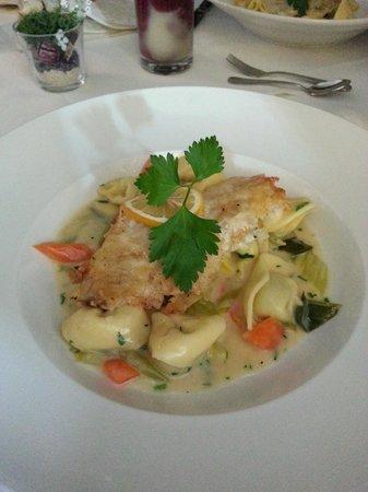 Hotel am Molkenmarkt: Spinat-Tortellini mit Rotbarsch-Filet und frischem Gemüse