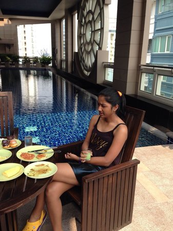 Mayfair, Bangkok - Marriott Executive Apartments: Swimming pool on 25th floor area