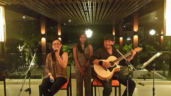 Novotel Phuket Surin Beach Resort.: Dinner with live music