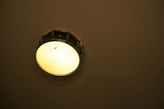 BackStage Hotel Amsterdam: Cool drum light above our bed.