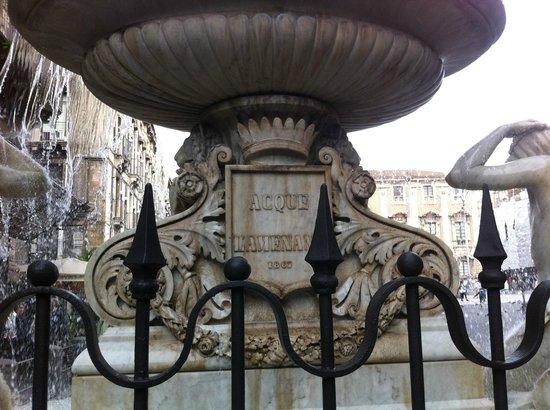 Fontana dell'Amenano : da vicino