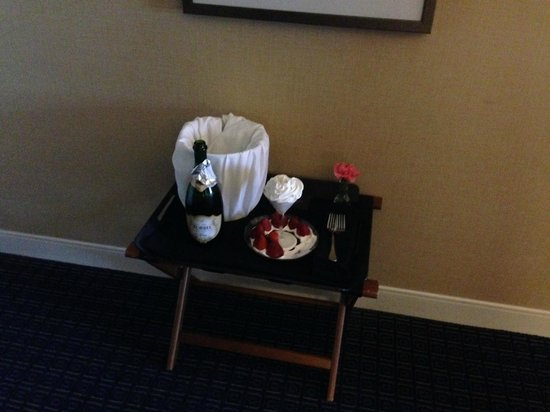 Hilton Lexington Downtown: Champagne and strawberries
