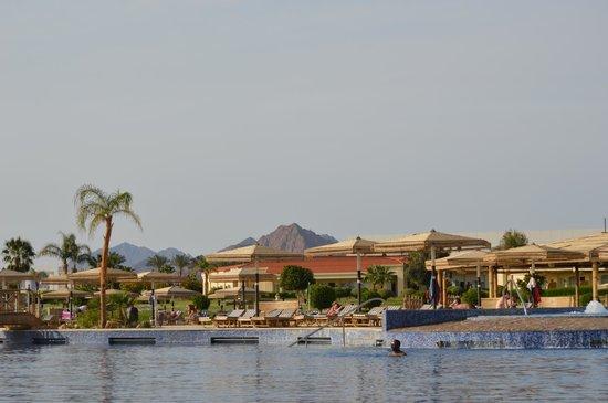Maritim Jolie Ville Royal Peninsula Hotel & Resort : Mountains from the pool