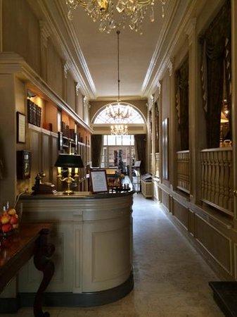 Pand Hotel Small Luxury Hotel: de hotelingang met achteraan de ontbijtruimte, rechts bar en salon