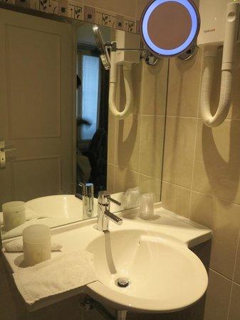 Hotel Elysa Luxembourg: Pia do banheiro