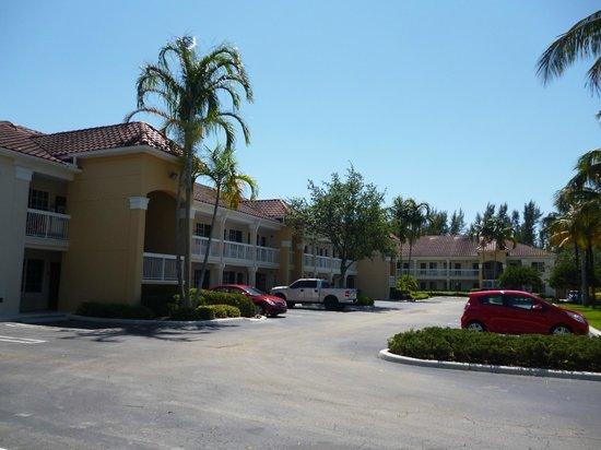 Extended Stay America - Miami - Airport - Blue Lagoon: Estacionamiento posterior